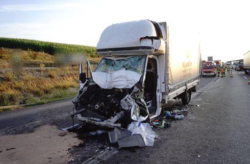 Transporter kracht in Stauende  -Fahrer stirbt