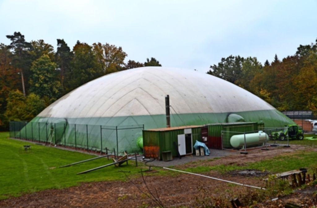 Die Traglufthalle steht und schützt die beiden im Sommer neu eingerichteten Tennisplätze vor der Witterung. Foto: Sandra Hintermayr