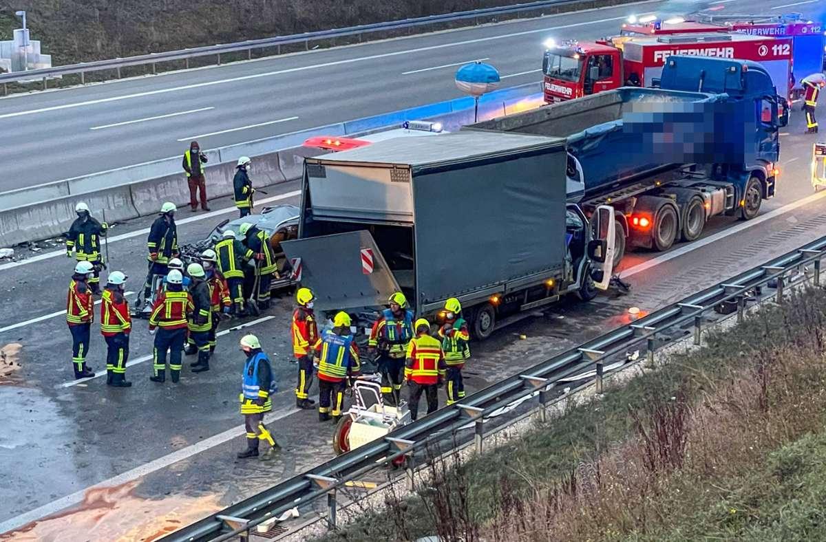 Vier Menschen wurden verletzt, zwei davon schwer. Die Autobahn musste stundenlang gesperrt werden. Foto: 7aktuell.de/Christina Zambito