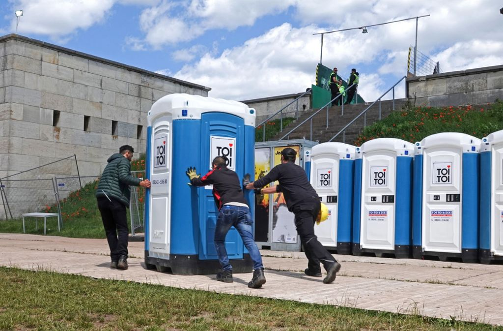 """Besucher von """"Rock im Park"""" beklagen unzumutbare Toiletten. Foto: dpa"""