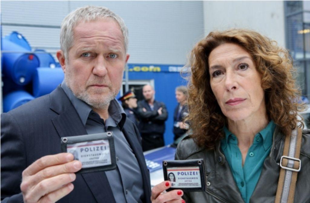 Moritz Eisner (Harald Krassnitzer) und Bibi Fellner (Adele Neuhauser) ermitteln in einer Chemiefabrik. Foto: ARD Degeto