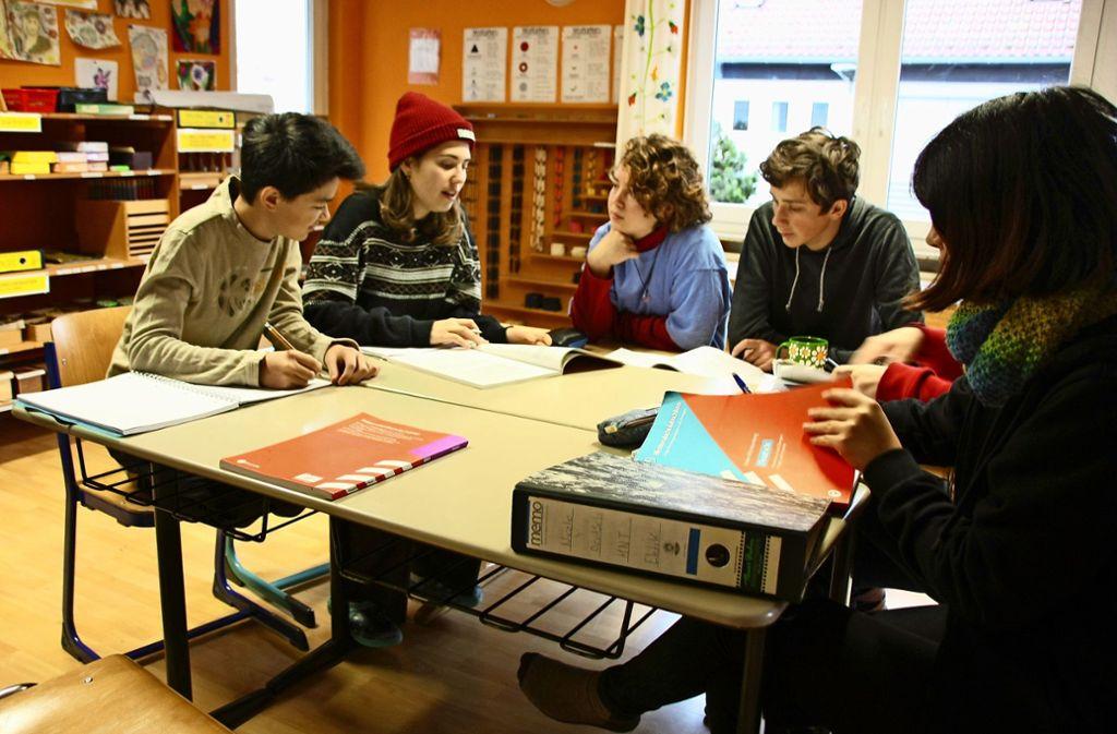 Junge Menschen bereiten sich an der Pieks in kleinen Gruppen auf ihren Schulabschluss vor. Foto: Kanter