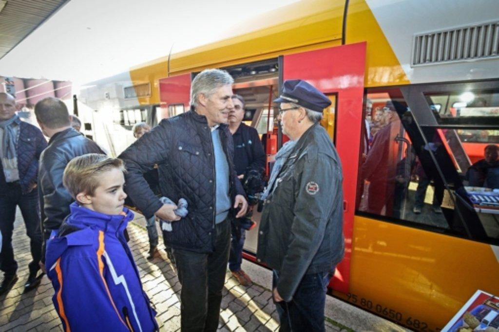 Der Calwer Landrat Helmut Riegger  am Weiler Bahnhof, mit Reinhard Hackl von den Hesse-Bahn-Anhängern. Foto: factum/Bach