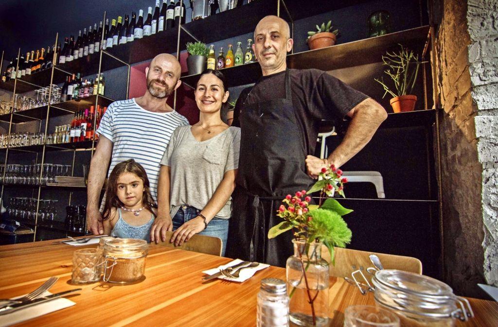 Familienfoto mit Koch (von links): Yilmaz Yogurtcu mit Tochter  Sure, seiner Frau  Belgin  und  Enis Rasic Foto: Lichtgut/Julian Rettig
