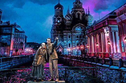 Dimitri zeigt Anja Sankt Petersburg.