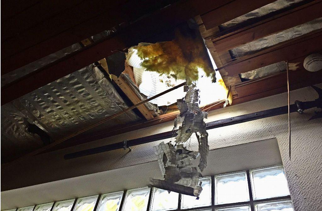Die Einbrecher haben ein Loch in das Dach gebrochen und stiegen in die Räume der Schützengilde ein. Foto: z/Harald Puff