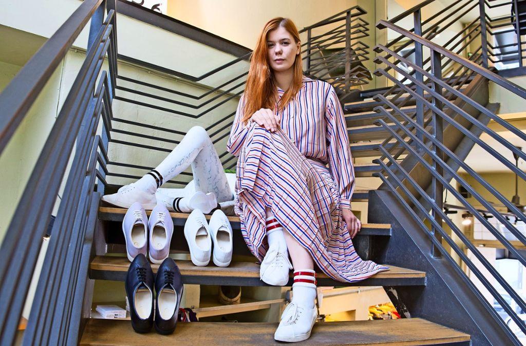 Lena Widmann verkauft ihre Sneaker derzeit bei Ave in Stuttgart. Foto: Lichtgut/Oliver Willikonsky