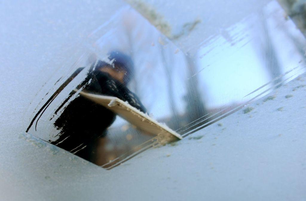 Das Auto freikratzen reicht oft nicht – was tun, wenn die Scheibe während der Fahrt wieder beschlägt? Foto: dpa/Angelika Warmuth