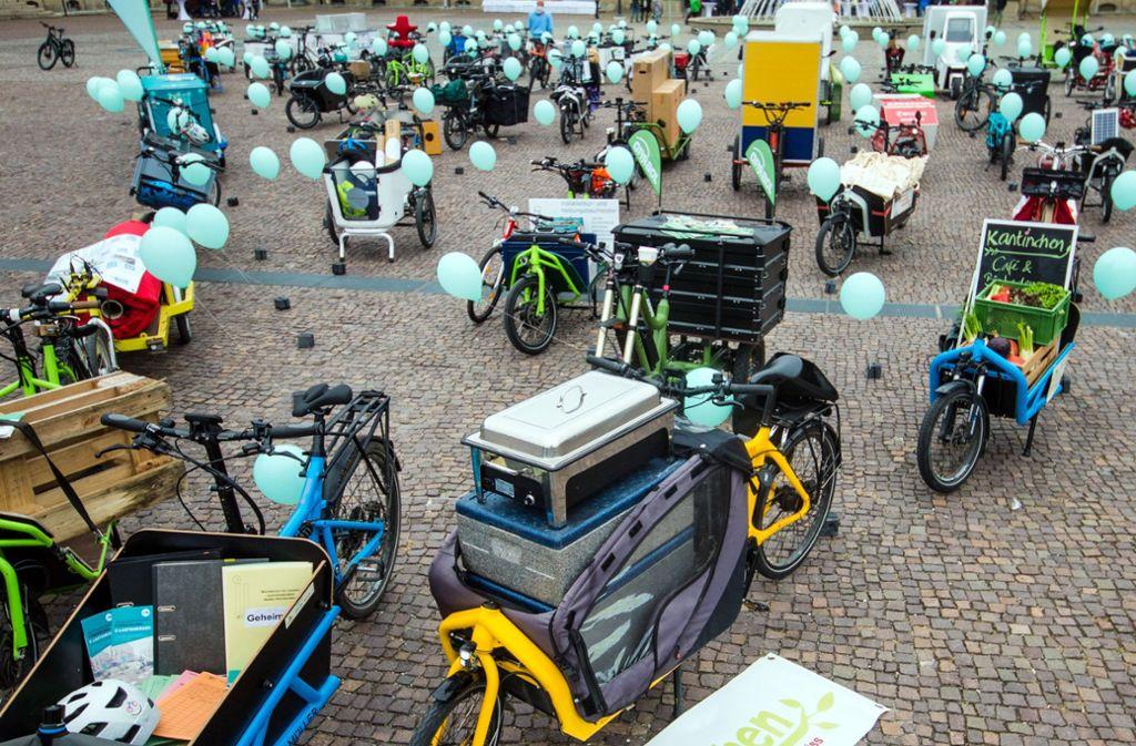 Zahlreiche Lastenräder gab es beim E-Lastenrad-Treffen im Ehrenhof im Neuen Schlosses Anfang November zu sehen. Foto: dpa/Christoph Schmidt