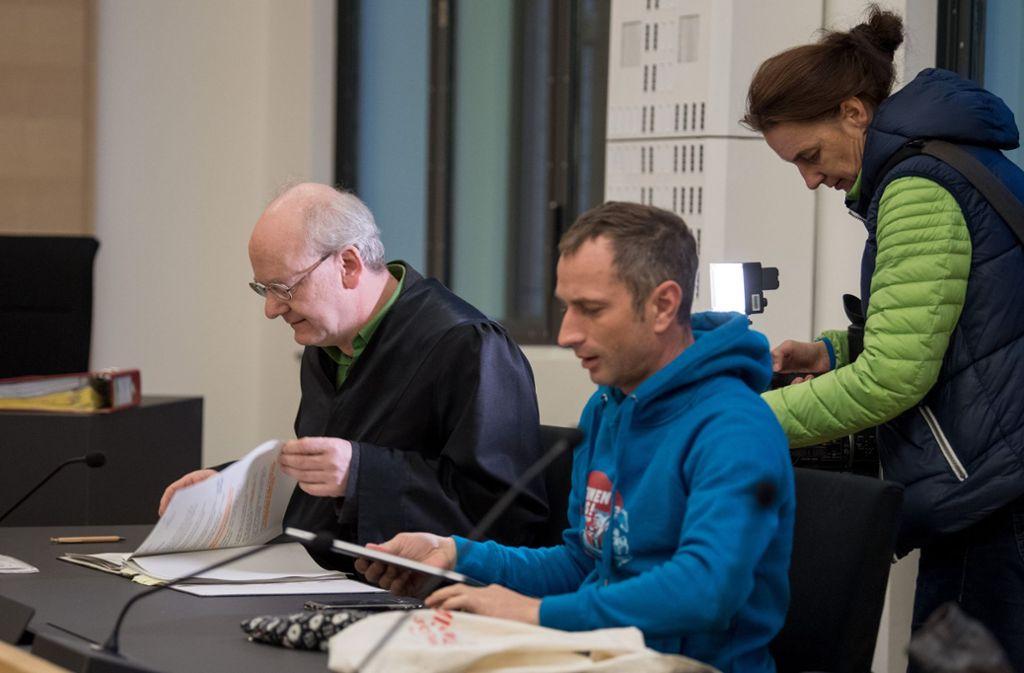 Axel Steier (r), Sprecher der Seenotrettungsorganisation Mission Lifeline, und sein Anwalt sitzen im Landgericht Dresden. Foto: dpa-Zentralbild