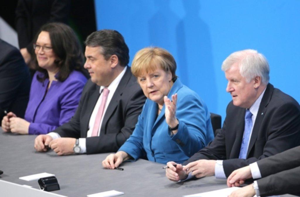 In Sachen neuer Stromtrassen steht Angela Merkel unter Druck. Das hat auch mit Horst Seehofer (rechts) zu tun.  Foto: dpa