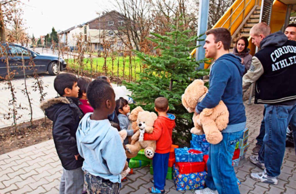 Endlich einen Teddy im Arm: Die Kinder aus dem Flüchtlingsheim freuen sich über das Spielzeug. Foto: Cedric Rehman