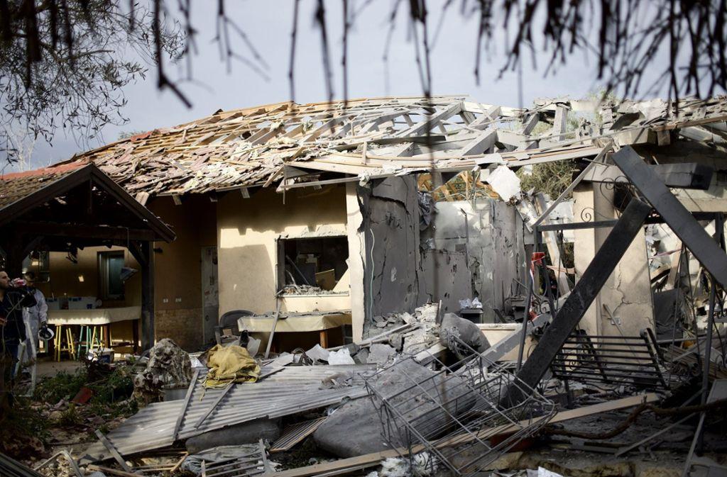 Das Haus wurde der Polizei zufolge schwer beschädigt und ging in Flammen auf. Foto: dpa
