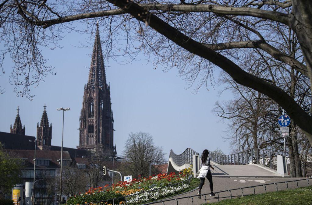 Joggen im Alleingang ist noch erlaubt – Freiburg hat als erste deutsche Großstadt eine Ausgangssperre für Gruppen verhängt. Foto: dpa