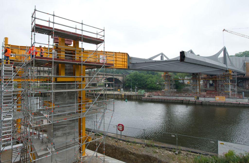 Der Rohbau der  Neckarbrücke in Stuttgart-Bad Cannstatt soll bis Ende Dezember fertig gestellt werden. Foto: Oliver Willikonsky - Lichtgut