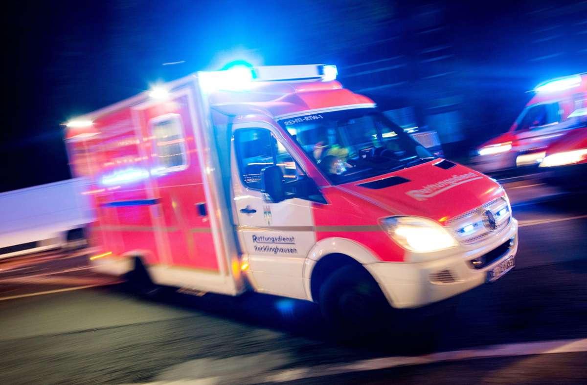 Der Fußgänger wurde mit Verletzungen in eine Klinik gebracht (Symbolbild). Foto: dpa/Marcel Kusch