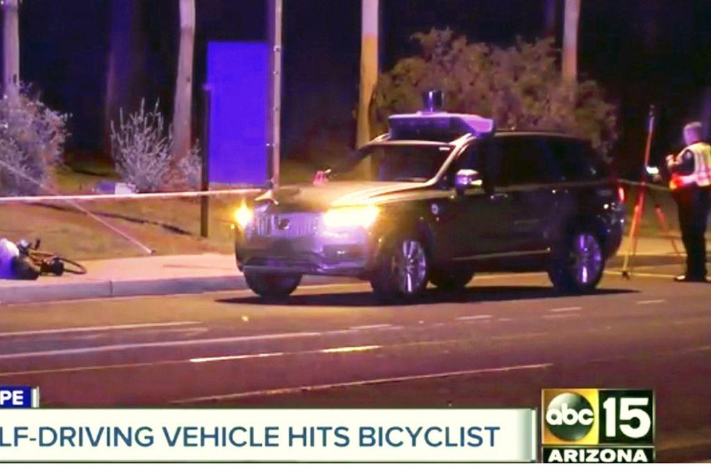 Dieses Videostandbild von ABC-15 zeigt Polizisten am Unfallort. Erstmals ist ein Mensch bei einem Unfall mit einem selbstfahrenden Autos ums Leben gekommen. Foto: ABC-15