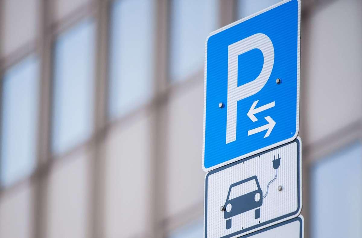 Die App bucht auch Ladeplätze für E-Autos. Foto: dpa/Lukas Schulze