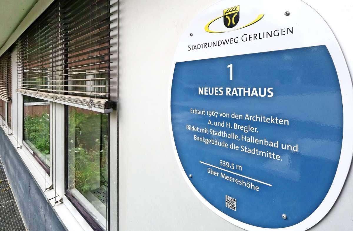 So wie das Schild am Rathaus sollen auch die neuen Schilder aussehen. Foto: factum/Simon  Granville