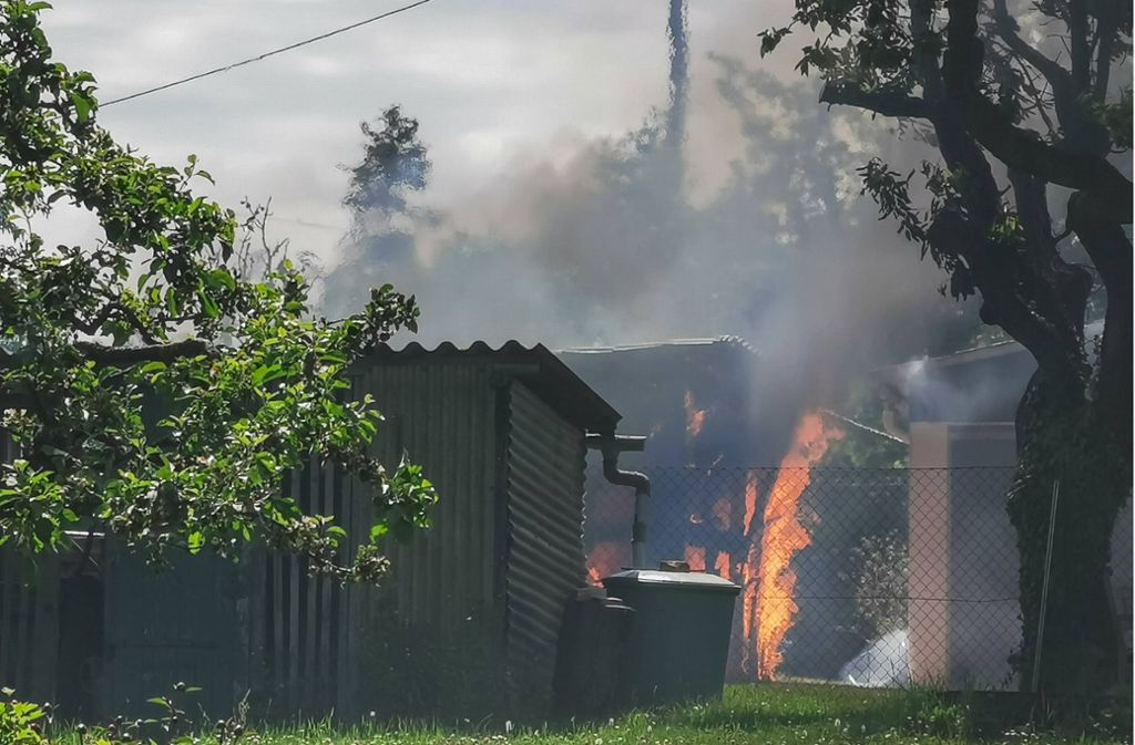 An der Straße Roter Stich steht ein Gartenhäuschen in Flammen. Foto: 7aktuell/Frank Herlinger