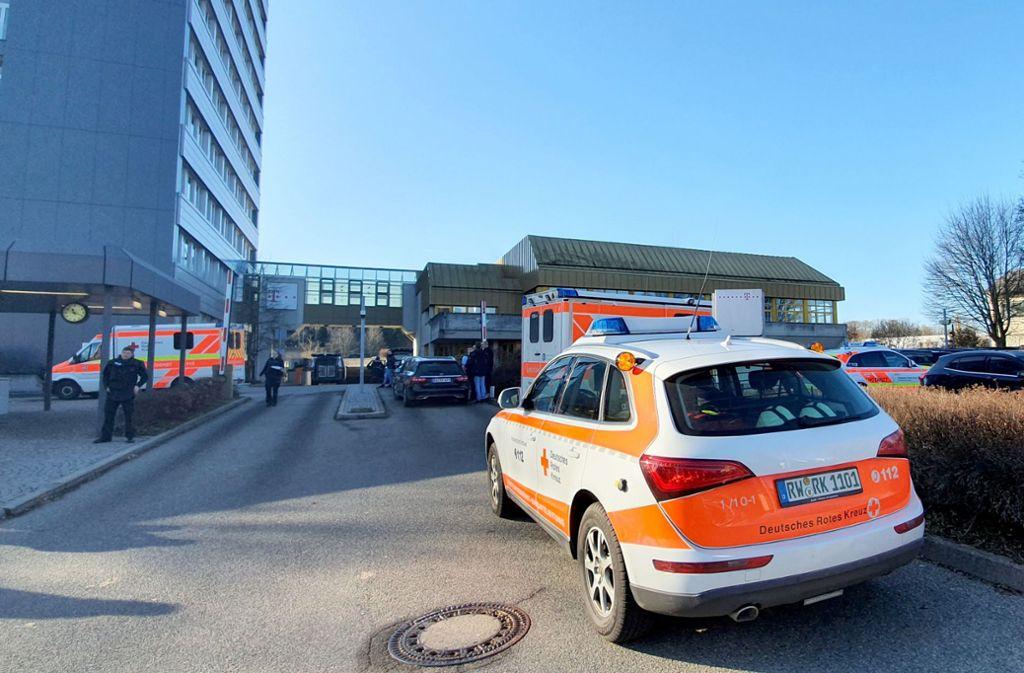 Einsatzkräfte der Polizei und der Rettungsdienste arbeiten an einem Einsatzort an einem Rottweiler Jobcenter, nachdem dort ein Kunde eine Mitarbeiterin angegriffen hat. Foto: dpa/Peter Arnegger