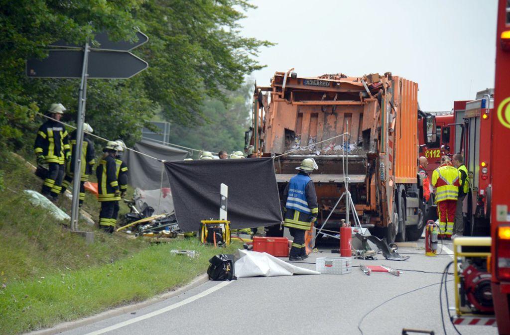 """Der Fahrer des Müllwagens """"ein Stück"""" des anderen Autos entdeckt, nachdem er sich befreien konnte. Foto: dpa"""