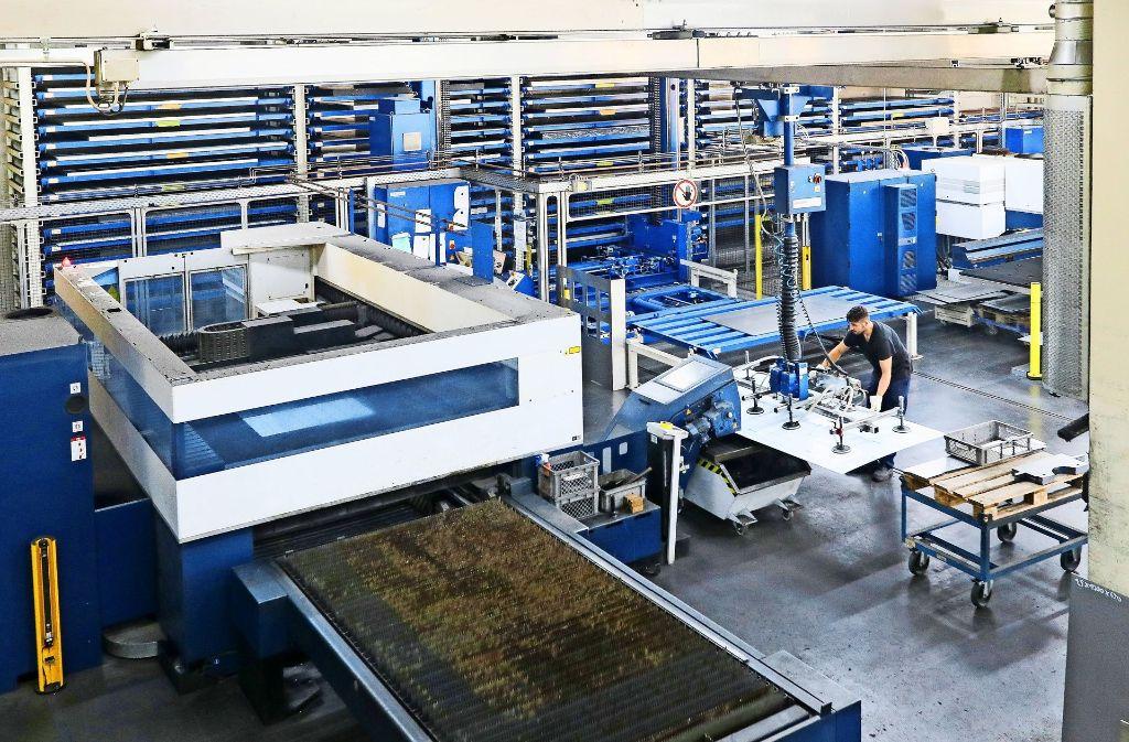 In der Produktion wird im Zweischichtbetrieb gearbeitet.  Das neue Unternehmensgebäude mit dem Firmenlogo, einer Maus Foto: factum/Granville