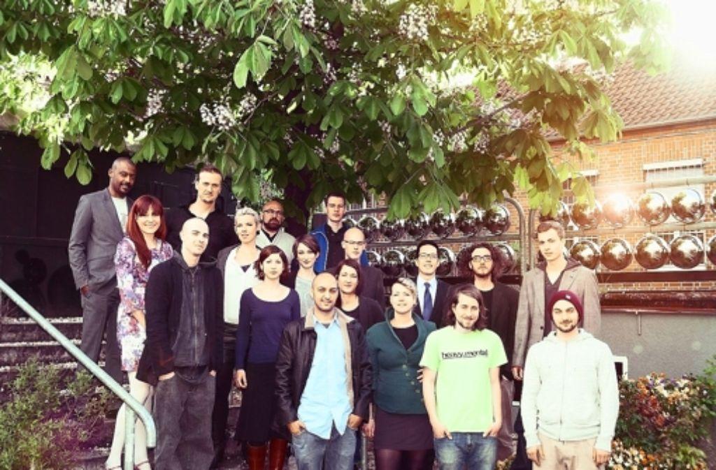 Die Truppe um Lena Moskwa (mittlere Reihe links) bietet eine Plattform für junge Künstler, jetzt nicht mehr nur in Bad Cannstatt, sondern auch in der Innenstadt Foto: Outer Rim
