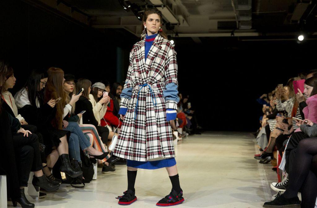 Der neue Bademantel-Chic? Die Kreation des britischen Labels Jamie Wei Huang ist gewöhnungsbedürftig, zeigt aber einen der dominierenden Herbsttrends: das Karomuster. Was das Model an den Füßen trägt, bleibt hoffentlich eine Laune der Designerin. Foto: