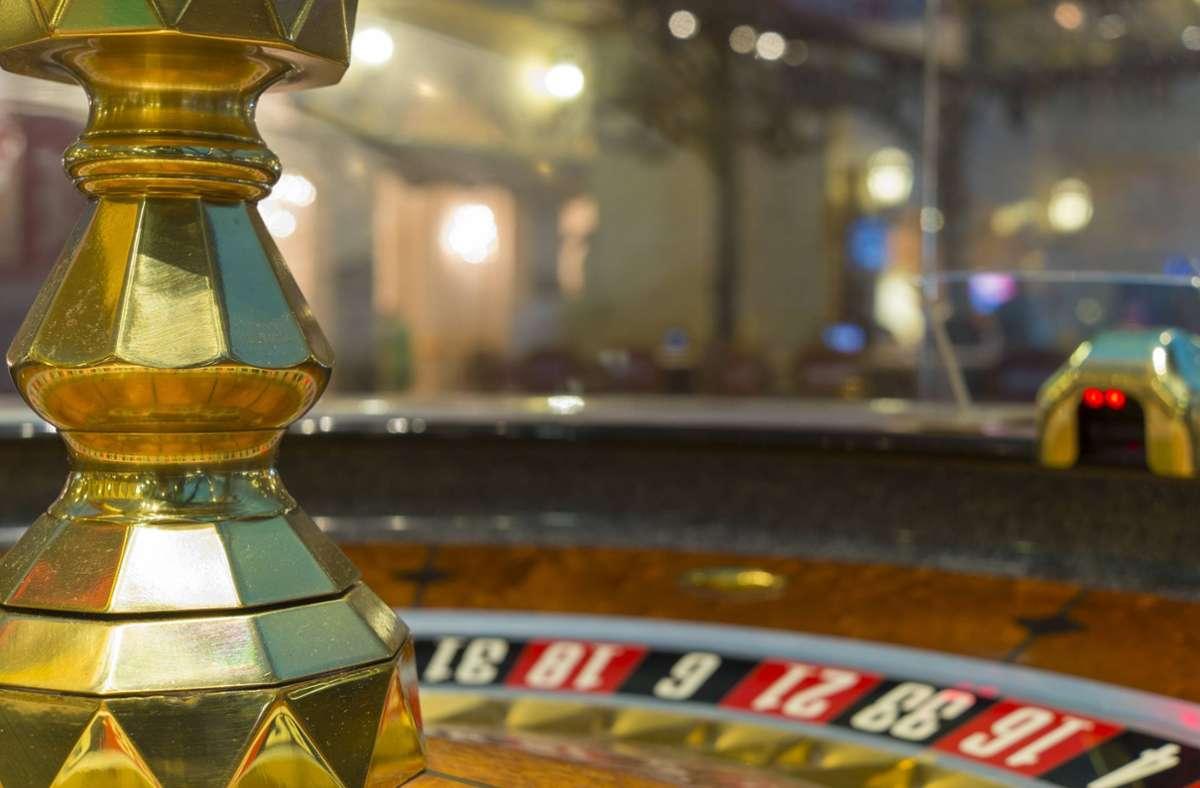 Die Nonne hatte laut eigener Aussage große Glücksspielausgaben und Kreditkartenschulden. (Symbolbild) Foto: imago images/Westend61/imago stock&people via www.imago-images.de