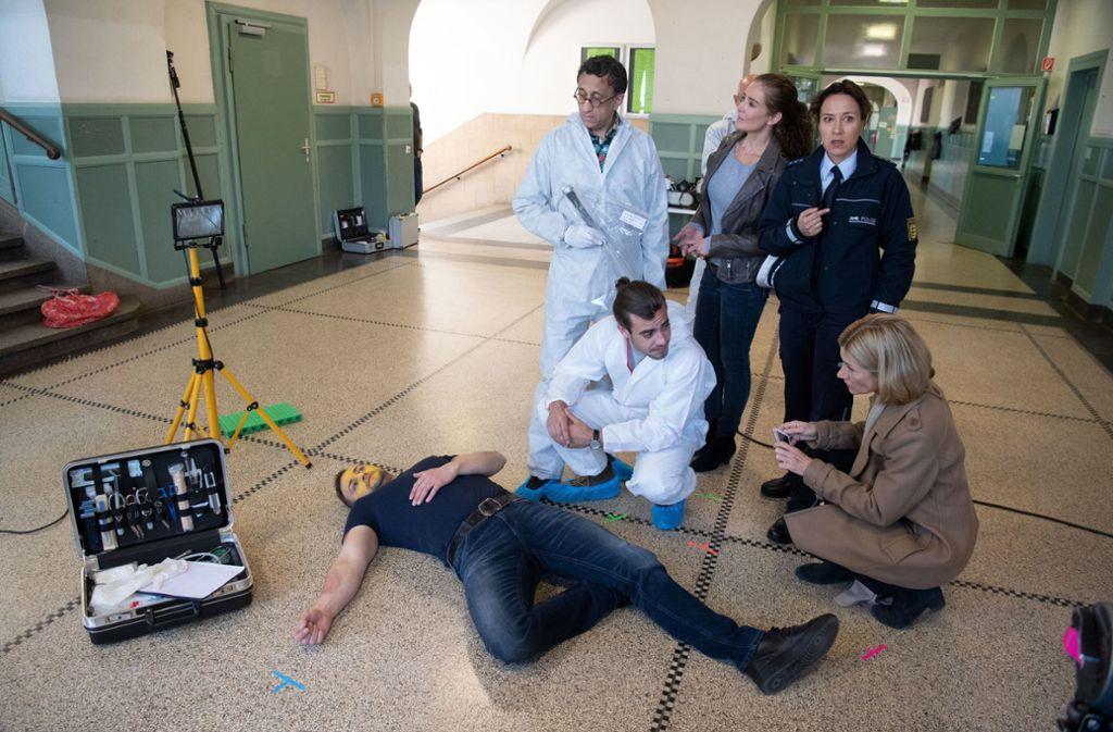 """Das """"Soko Stuttgart""""-Team ermittelt in dieser Folge im Fall eines Hausmeisters, der in der Aula eines Gymnasiums tot aufgefunden wird. Mit dabei ist erstmals Schauspielerin Bärbel Scholz (2. von rechts), auch bekannt als die """"Prenzlschwäbin"""". Foto: dpa"""