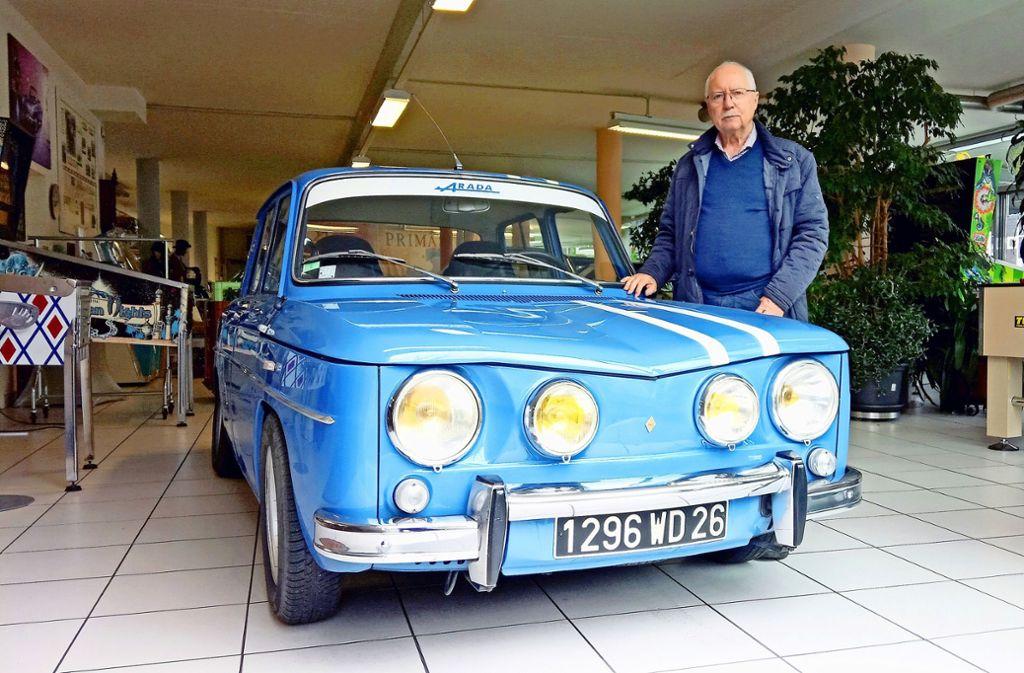 """Fritz Schweier schaut, dass er seine Oldtimer einmal im Jahr fährt. Auch diesen Renault 8  Gordini, den er bei den """"Retro Classics"""" in Stuttgart ausstellt. Foto: Roland Böckeler"""