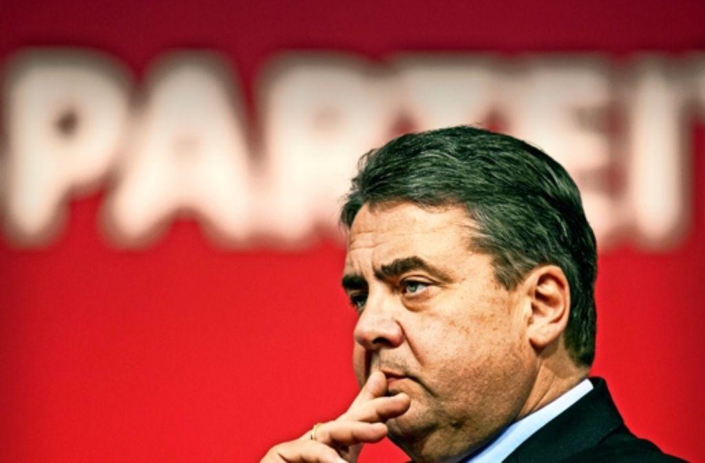 Der SPD-Vorsitzende Sigmar Gabriel, hier während des  SPD-Bundesparteitags im November vorigen Jahres in Dresden, will die Partei in die politische Mitte führen. Foto: dpa