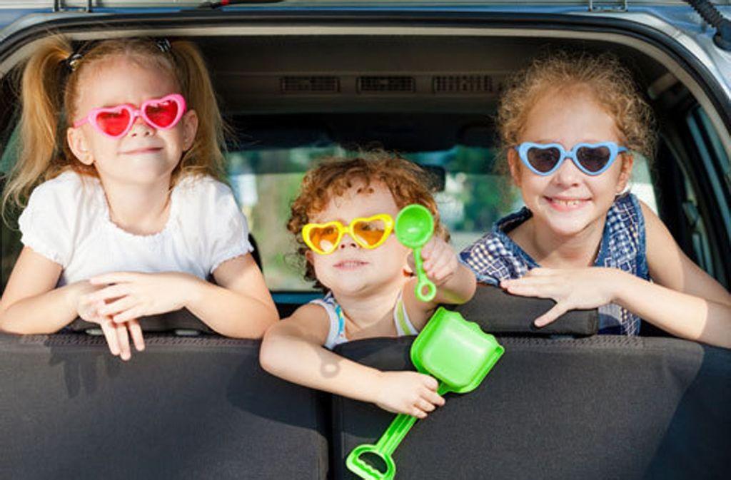 Damit schon der Weg das Ziel ist: Tipps für eine entspannte Autofahrt mit dem Nachwuchs in den Urlaub. Foto: Shutterstock/altanaka