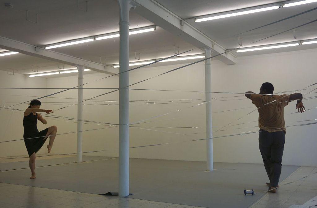 Die Tänzerin Sawako Nunotani probt mit ihrem Tanzpartner Yahi Nestor Gahé. Foto: Tiina Kern