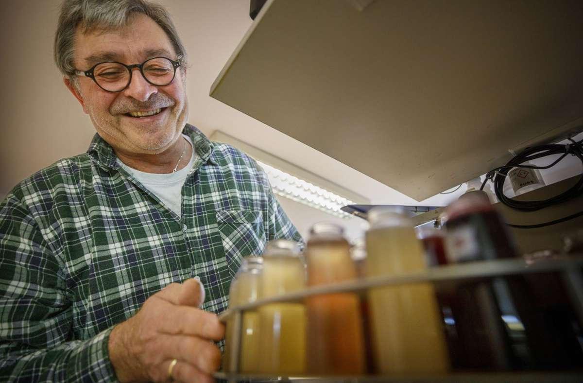 Horst Klingler analysiert i seinem Neustädter Weinlabor den Most aus den meisten Weingütern der Region.Auch wenn mancherorts die Menge  fehlt – im Keller der Fellbacher Weingärtner herrscht Freude über  die Qualität. Foto: /Gottfried Stoppel