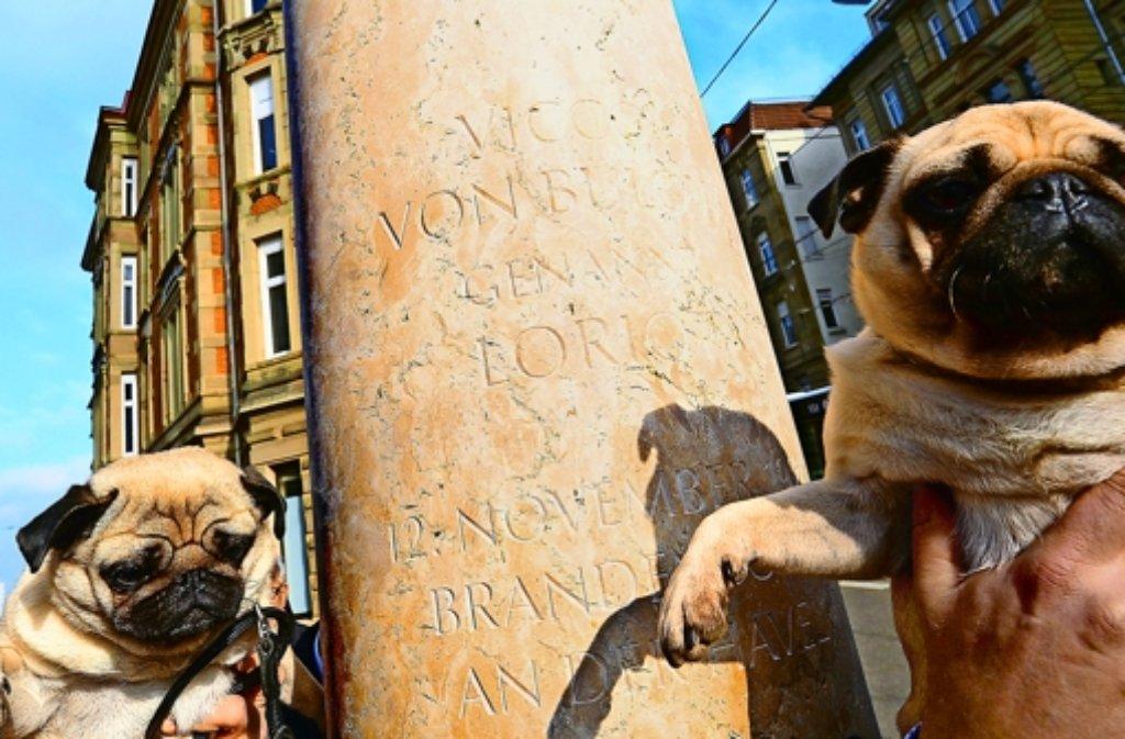 Rauf mit dem Mops auf die Loriot-Stele am Stuttgarter Eugensplatz. Foto: dpa