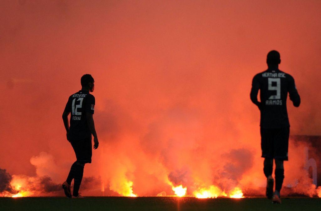 2012 provozierten Fans von Fortuna Düsseldorf in der Relegation fast einen Spielabbruch. Foto: dpa