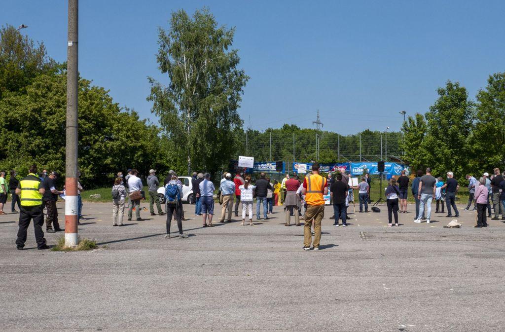 Im Halbkreis stehen Ordner um die Demonstranten. Foto: factum/Andreas Weise