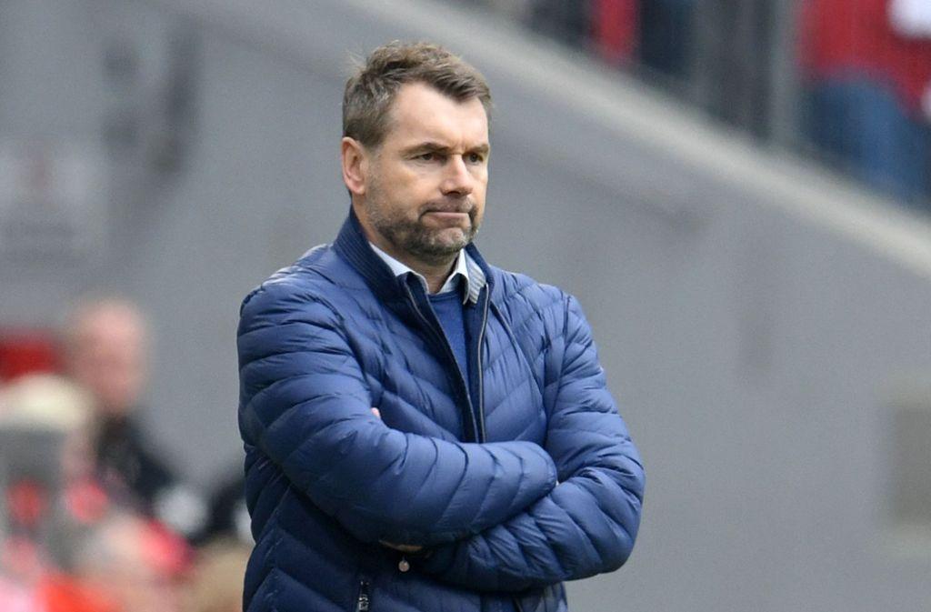 Abpfiff nach nur sieben Spielen: Für Bernd Hollerbach ist das Kapitel HSV beendet. Foto: dpa