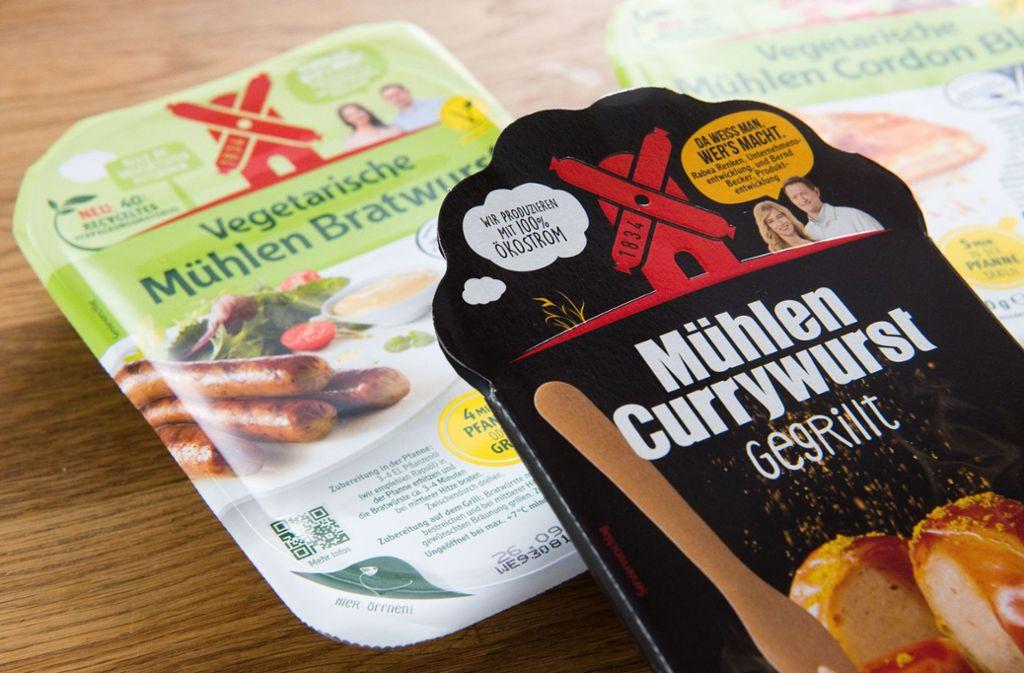 Grün statt rot: Beim Fleischverkäufer Rügenwalder Mühle soll es bald keine Currywurst mehr aus Fleisch geben. Foto: dpa