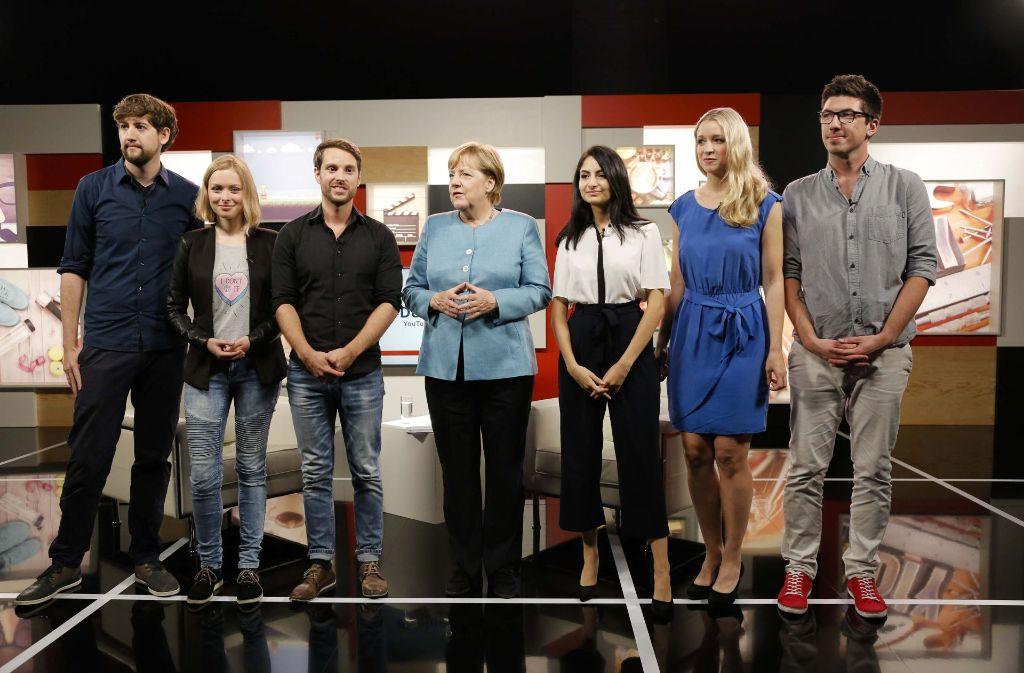 Bundeskanzlerin Angela Merkel im Kreise von YouTubern Foto: Studio71