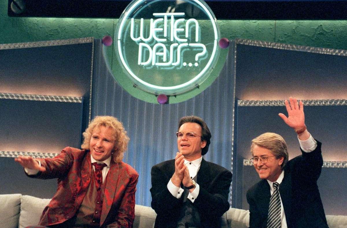 """Die Moderatoren Thomas Gottschalk (von links nach rechts), Wolfgang Lippert und Frank Elstner sitzen auf einer Couch während der 100. """"Wetten, dass...?""""-Sendung am 30. März 1996. Foto: dpa/Hartmut Reeh"""