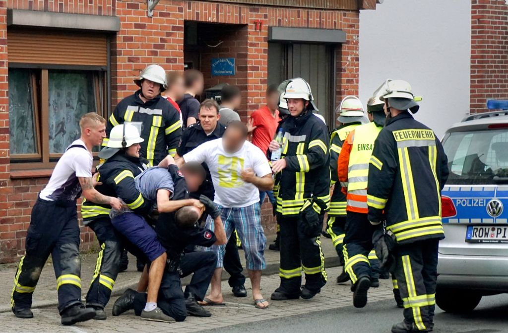 Immer mehr Polizisten kommen durch Rangeleien zu Schaden, aber auch Rettungskräfte  bleiben von einer massiven Behinderung ihrer Arbeit nicht verschont – wie hier in Bremervörde, als  ein Konflikt mit Gaffern nach einem tödlichen Unfall eskalierte. Foto: dpa