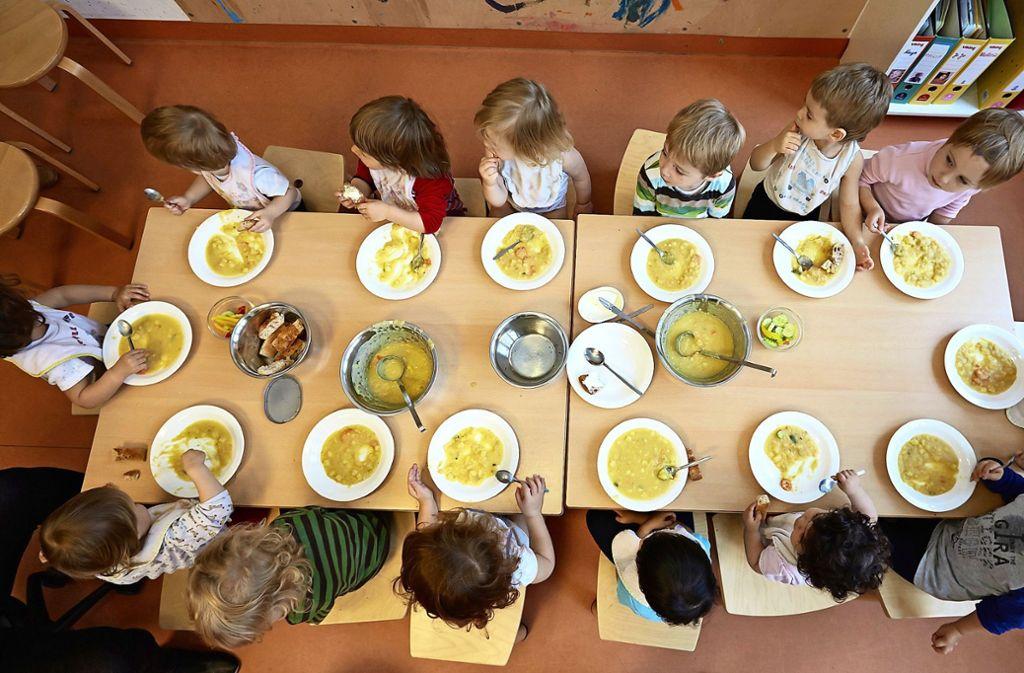 Was ist in der Suppe? Die Speisung in der Kindertagesstätte wird vielerorts nicht mit einem Einheitsgericht bestritten. Foto: dpa/Georg Wendt
