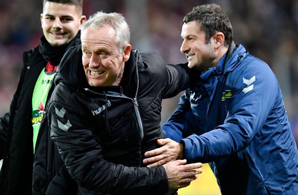 Trainer Christian Streich freut sich über den Sieg des SC Freiburg. Foto: AFP/THOMAS KIENZLE