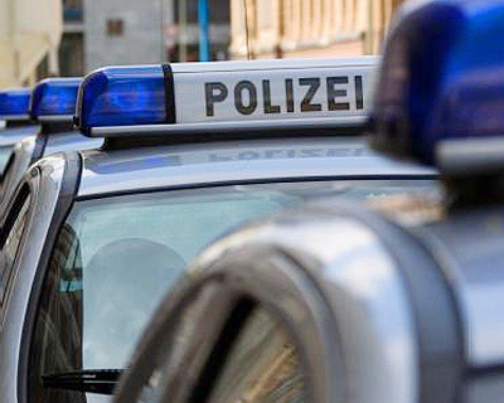Ein 23 Jahre alter Opel-Fahrer ist am Mittwochabend schwer verletzt ins Krankenhaus gebracht worden. Sein Wagen schleuderte in der Rohrackerstraße in Stuttgart-Hedelfingen in den Gegenverkehr.  Foto: dpa/Symbolbild