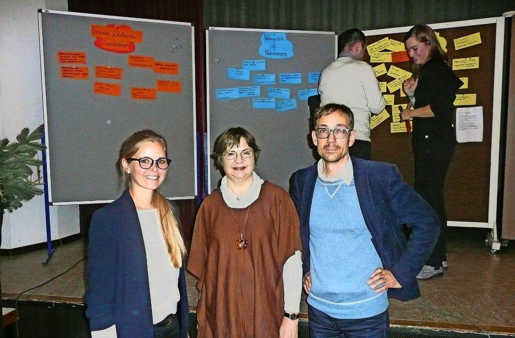 Kristin Seifert (links) und Tilman Sperle von der Steg Stadtentwicklung GmbH sowie Altraud Schiller vom Stadtplanungsamt sammeln mit den Kaltentalern Ideen. Foto: Kutzer