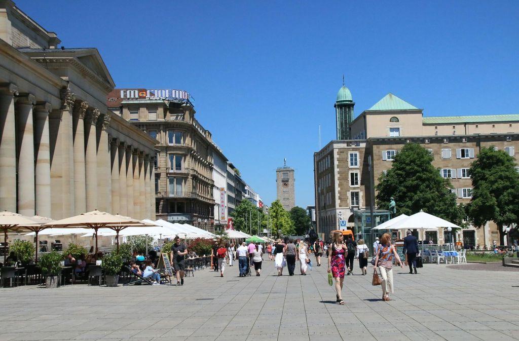Gemütliches  Flanieren in der Stadtmitte.In Stuttgart geht es entspannt zu. Das sagt zumindest eine Studie. Foto: 7aktuell/Jens Pusch