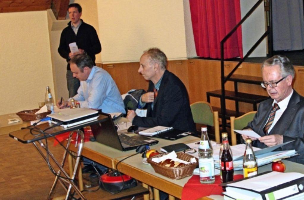 Michael Karolczak (stehend) wirbt vor dem Gemeinderat dafür, die Aktivspielplatz-Mitarbeiter nach Tarif zu bezahlen Foto: Malte Klein